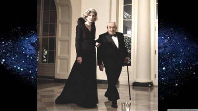 henry Kissinger con su mujer