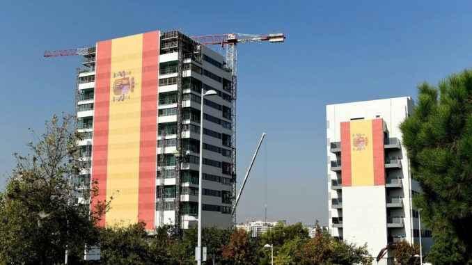 Edificios con banderas de España
