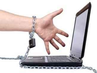 mano encatenada a un ordenador