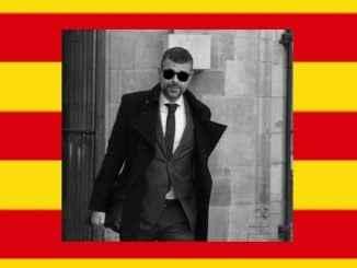 Santi Vila, s katalánskou vlajkou.