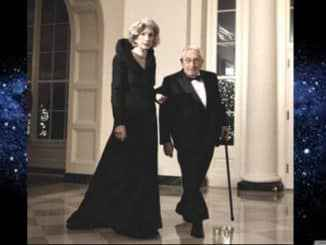 henry Kissinger con su mujer