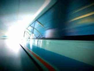 Галт тэрэгний буудал дээр ойртохыг хүссэн галт тэрэгний буудал, үл үзэгдэх галт тэрэгний галт тэрэгнээс